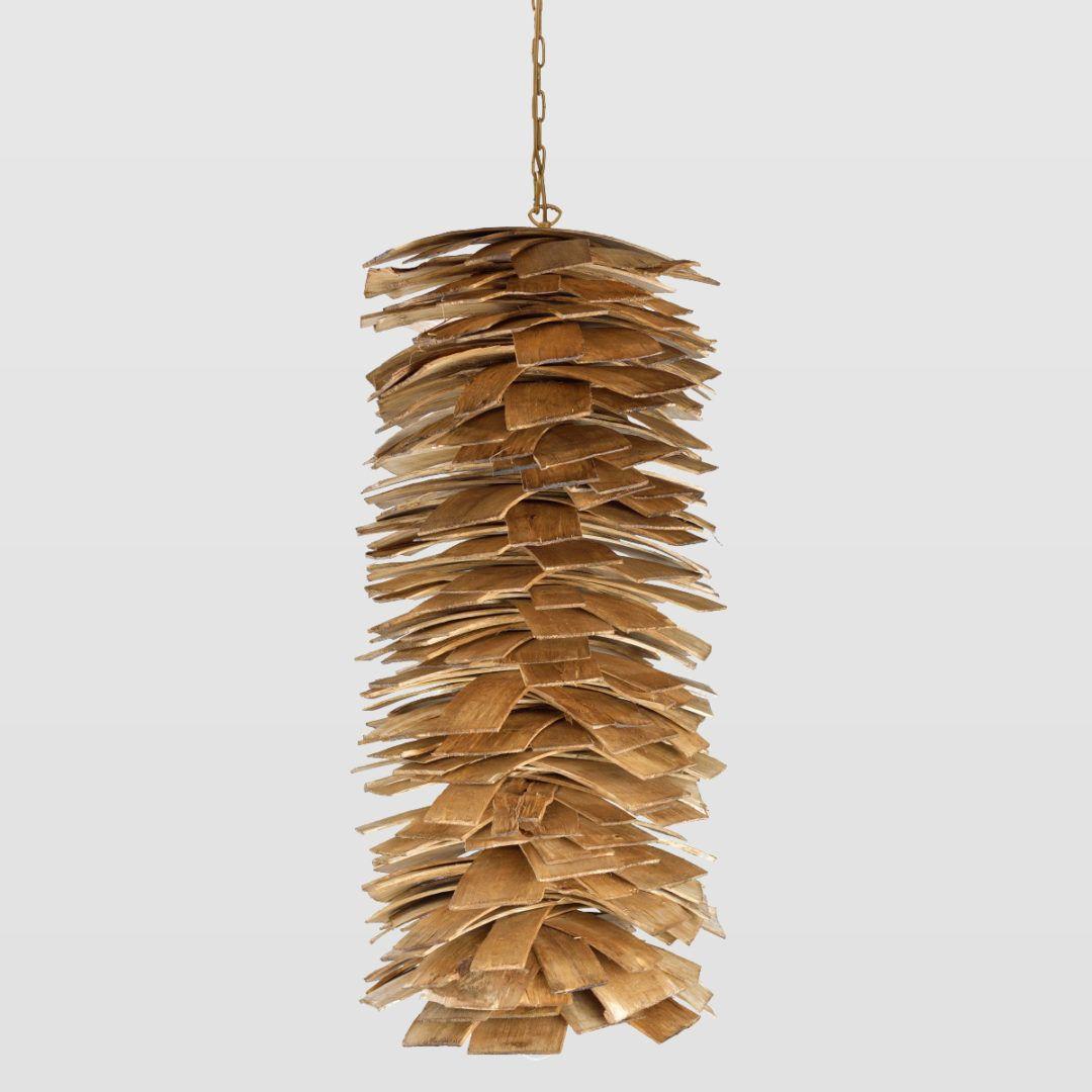 drewniana lampa wisząca na złotym łańcuszku