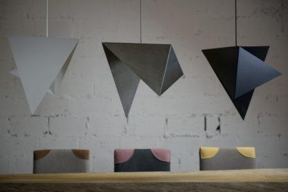 geometryczne lampy wiszące z metalu, nowoczesny design - aranżacja jadalnia