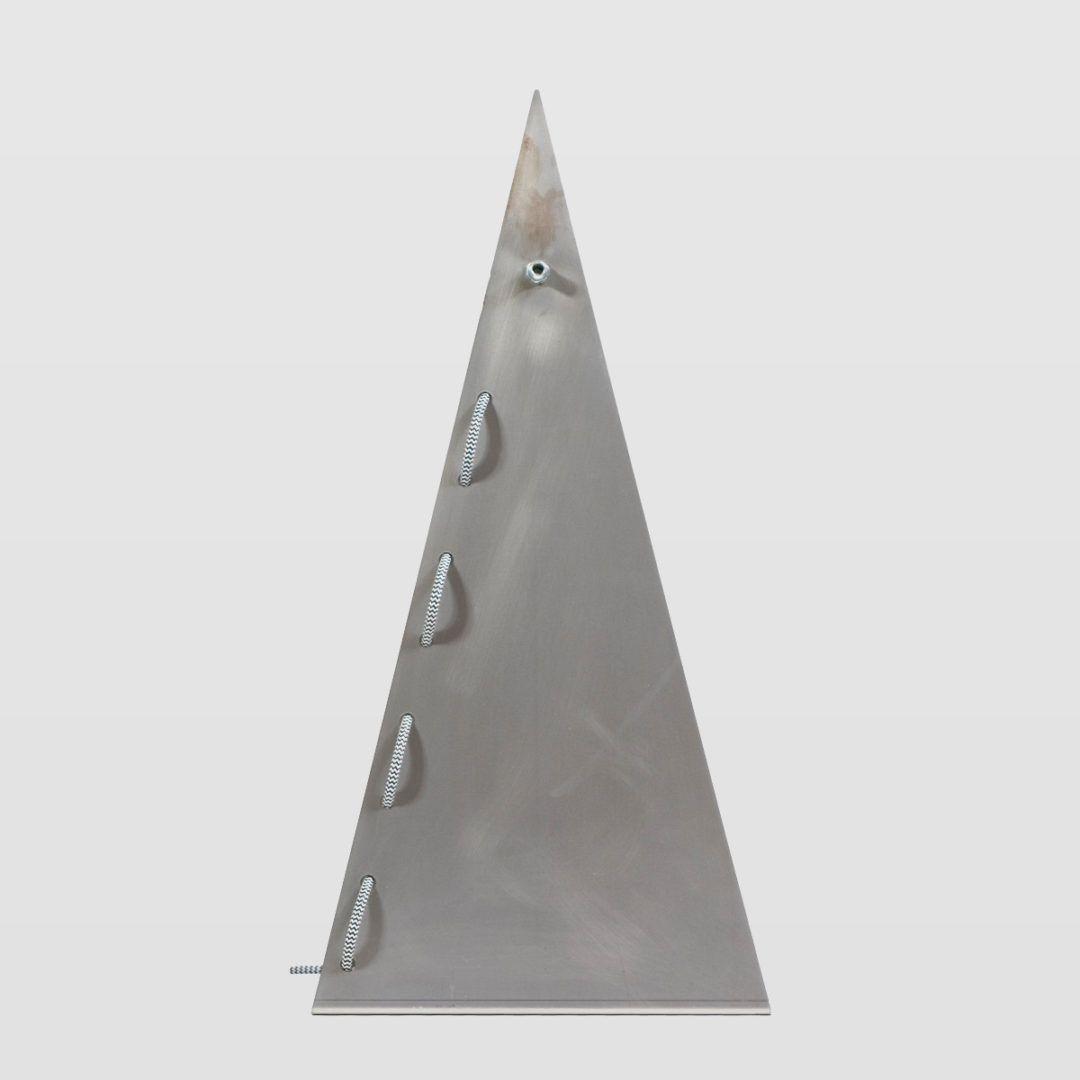 stalowa, trójkątna, nowoczesna lampa stołowa - aranżacja sypialnia