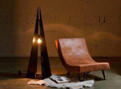 wysoka lampa podłogowa - aranżacja wygodny fotel w salonie