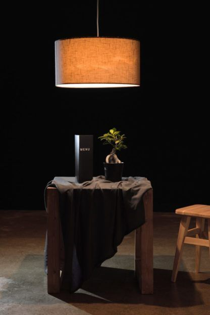 duża, okrągła lampa wisząca z abażurem - styl skandynawski