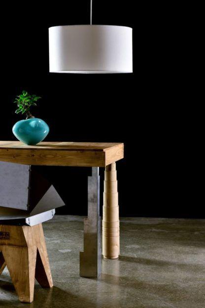 biała lampa wisząca z abażurem - aranżacja z drewnianym stołem
