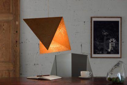 złota lampa wisząca, metalowa - aranżacja industrialna