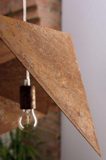 industrialna lampa wisząca z efektem rdzy