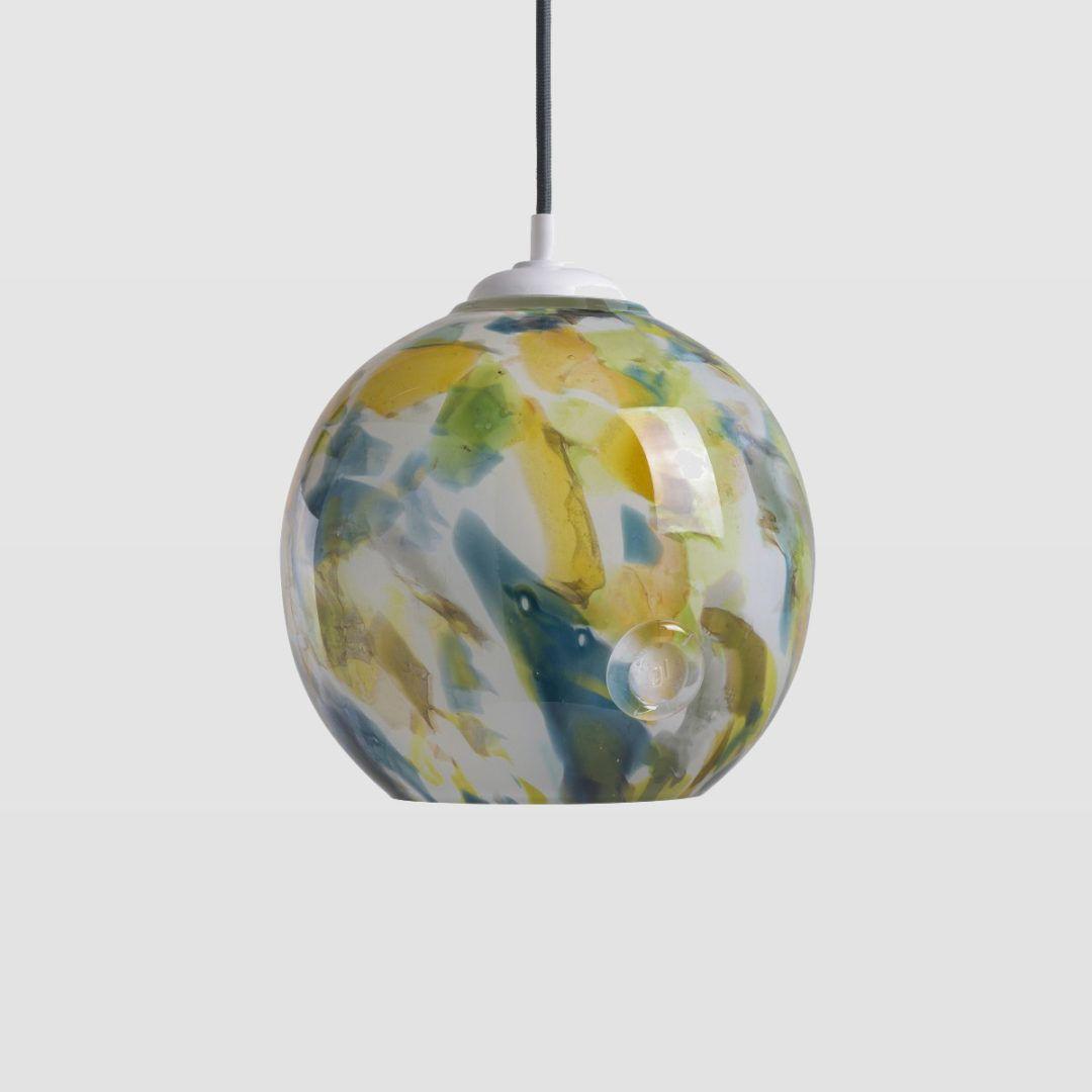 szklana lampa wisząca, okrągły klosz, kolorowe planki