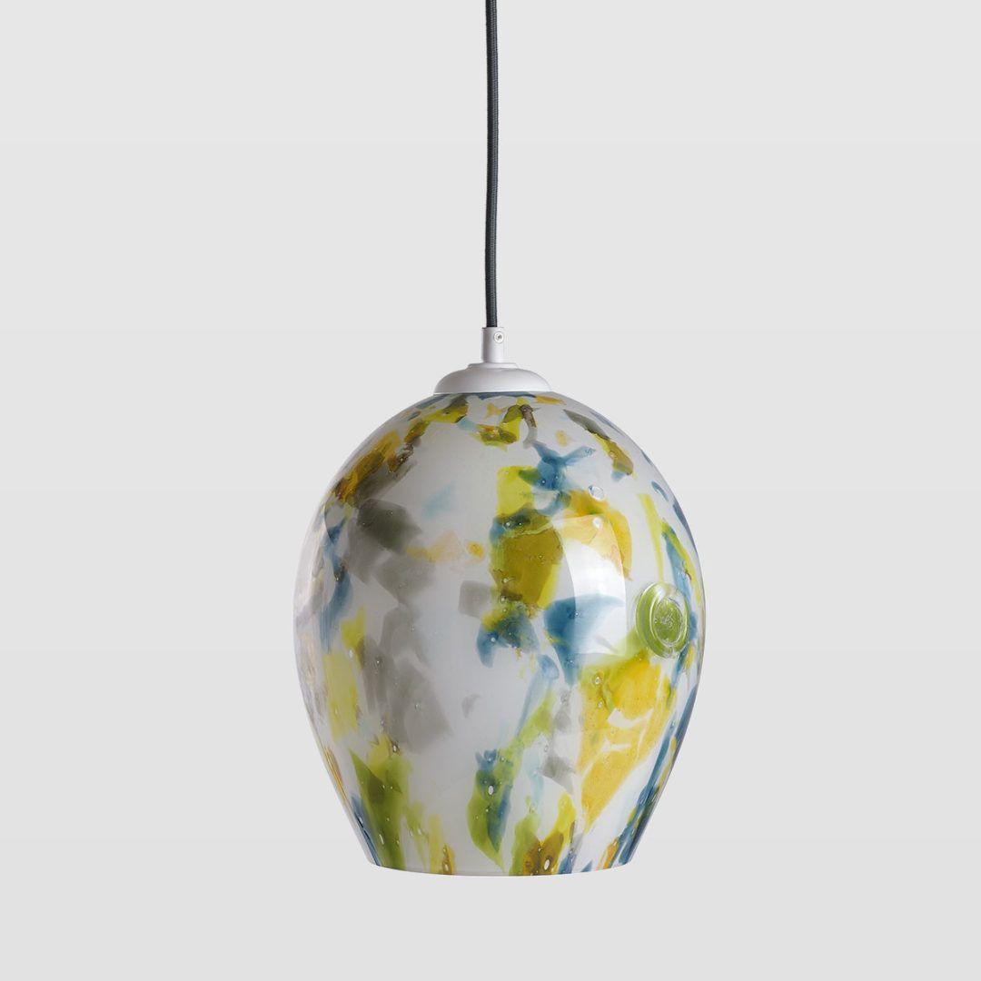 szklana lampa wisząca, kolorowa, jasna