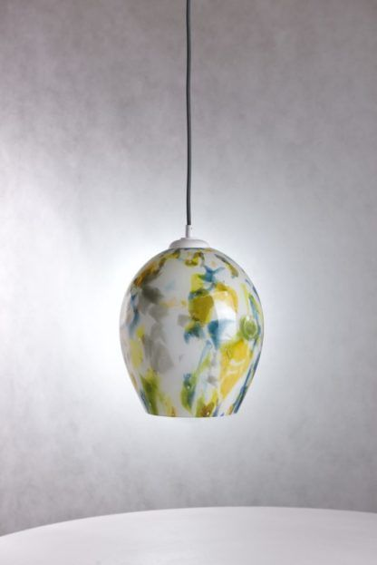 szklana lampa wisząca w zielone, żółte i niebieskie plamki