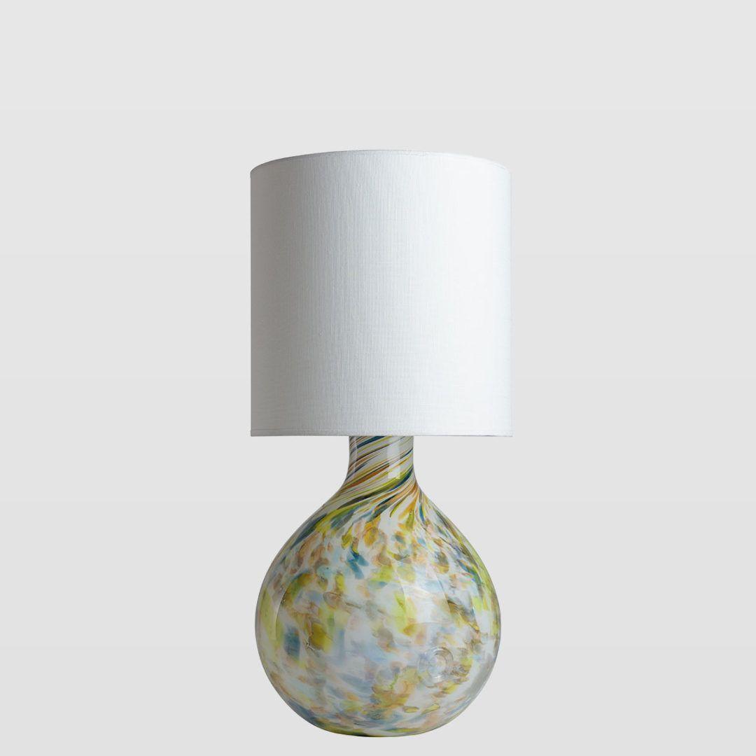 kolorowa, szklana lampa stołowa z białym abażurem