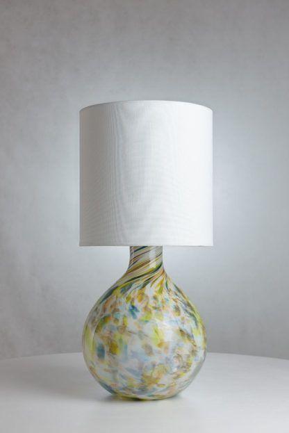 lampa stołowa z dużą, szklaną podstawą, biały abażur