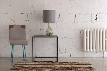 lampa stołowa z kolorowego szkła - aranżacja industrialna