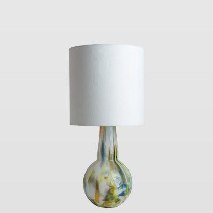lampa stołowa z kolorowego szkła, biały abażur