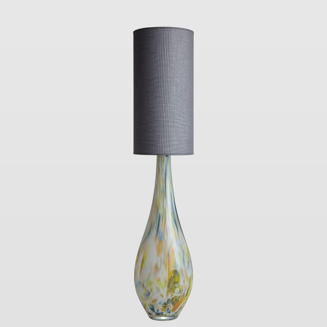 lampa stołowa z kolorowego szkła, odcienie zieleni - aranżacja industrialna