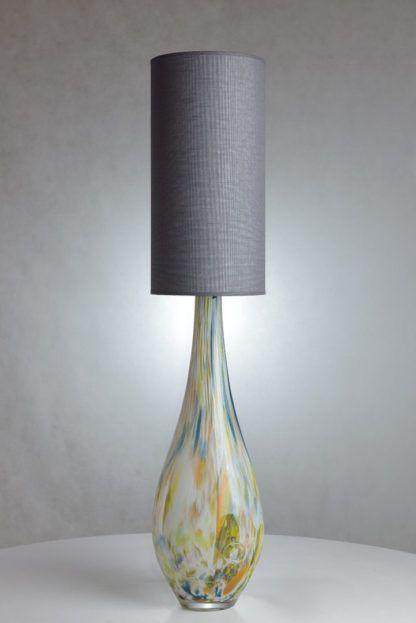 wysoka lampa z kolorowego szkła, szary abażur