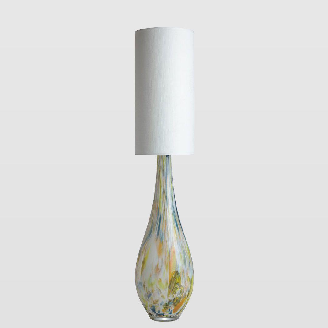 wysoka lampa stołowa z kolorowego szkła