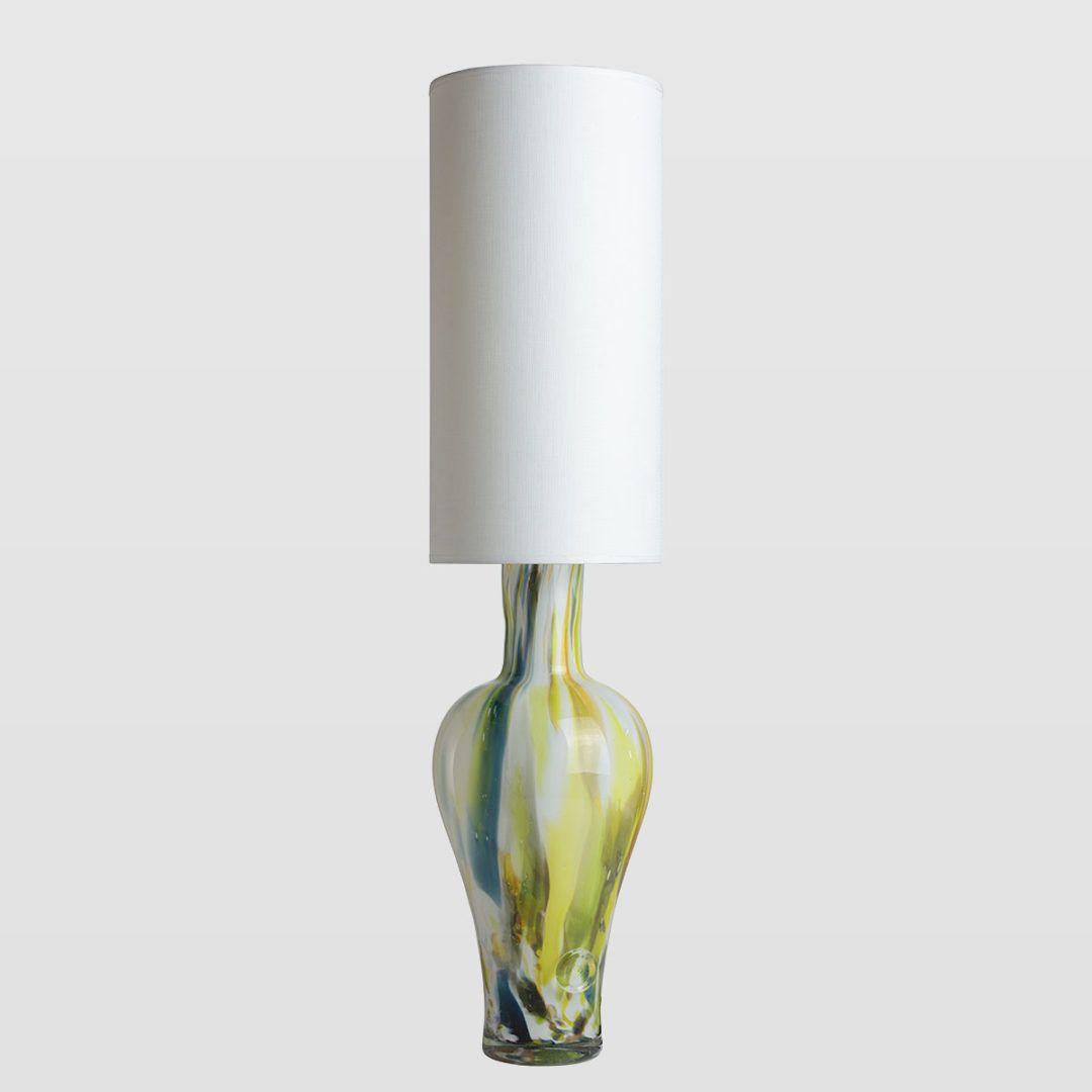 lampa stołowa z zaokrągloną podstawą z kolorowego szkła, biały abażur