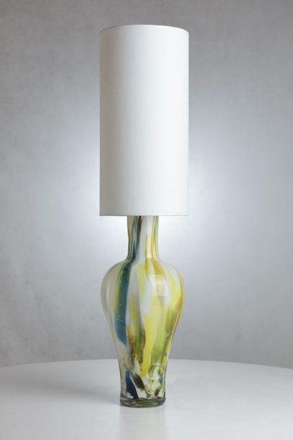 lampa stołowa z kolorowego szkła z białym abażurem