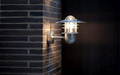 metalowy kinkiet zewnętrzny ze szklanym kloszem