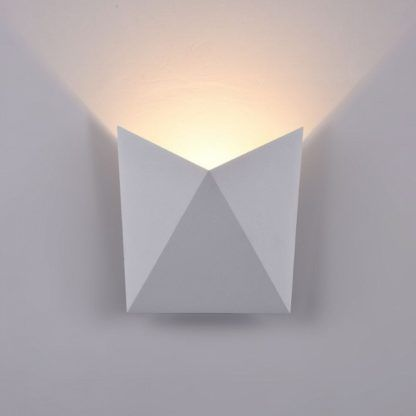 biały kinkiet w stylu minimalistycznym