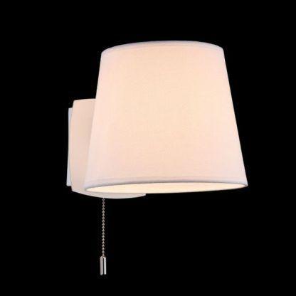 biały kinkiet ze sznurkowym włącznikiem