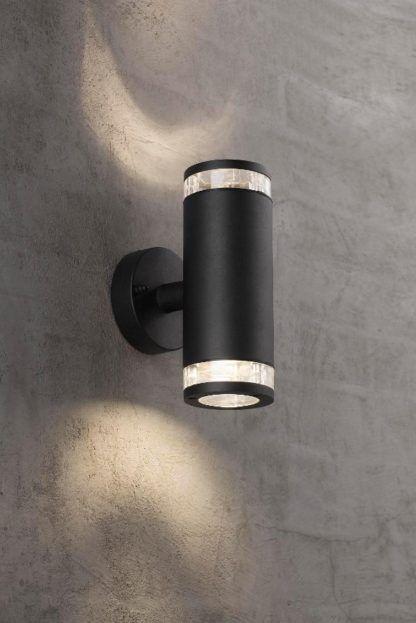 czarny, metalowy kinkiet do oświetlenia elewacji, nowoczesny