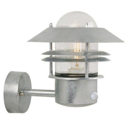 srebrny kinkiet ze szklaną osłonką na żarówkę, czujnik ruchu, oświetlenie drzwi wejściowych