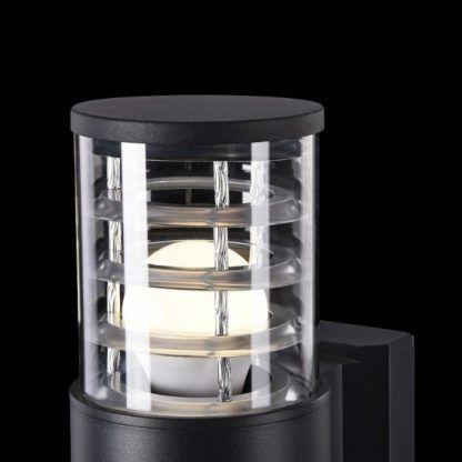nowoczesny, czarny kinkiet ze szklanym kloszem, oświetlenie zewnętrzne