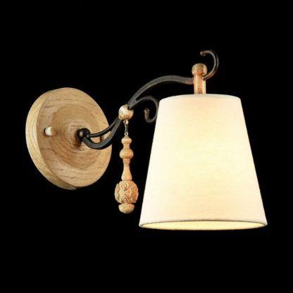 drewniany kinkiet w stylu rustykalnym, z abażurem