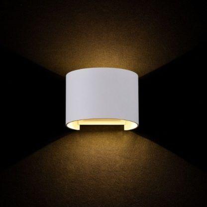 biały kinkiet z pionowym snopem światła, nowoczesny