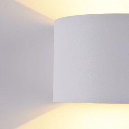 biały kinkiet ze światłem w górę i w dół
