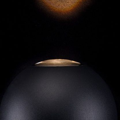 czarny kinkiet w kształcie kuli, styl nowoczesny