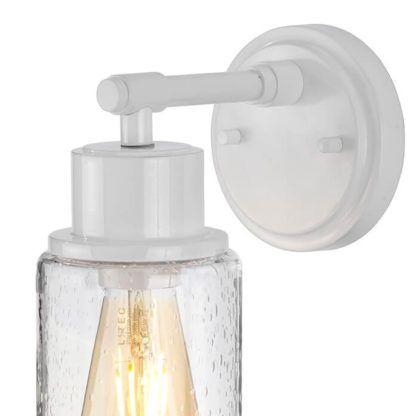 biały kinkiet ze szklanym kloszem