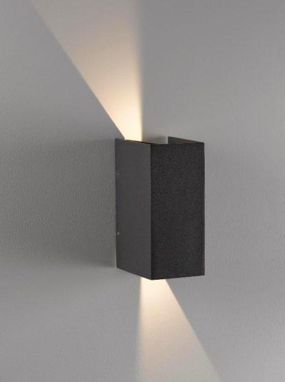 zewnętrzny kinkiet z pionowym światłem góra-dół