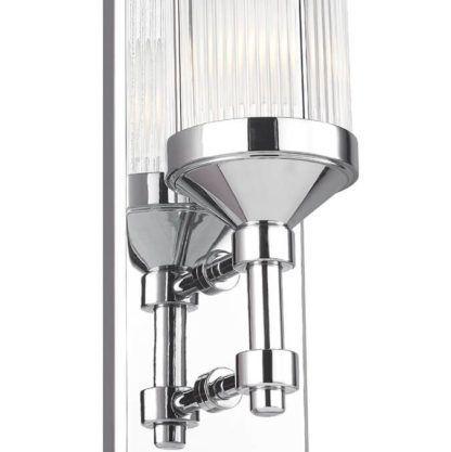 srebrny kinkiet pionowy ze szklanym, prążkowanym kloszem
