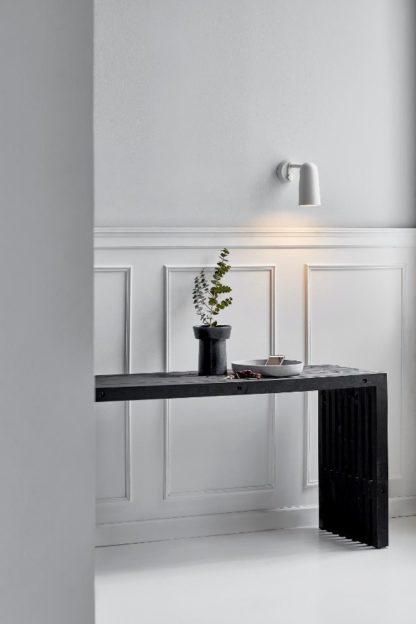 biały kinkiet metalowy do wnętrz skandynawskich - aranżacja przedpokój