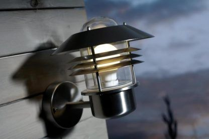 zewnętrzny, metalowy kinkiet ze szklanym kloszem - aranżacja