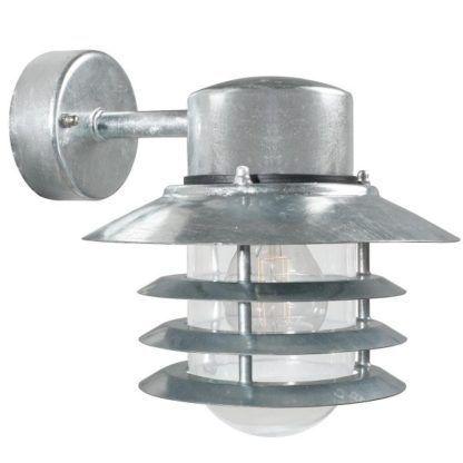 metalowy kinkiet z kloszem skierowanym w dół, do użytku zewnętrznego