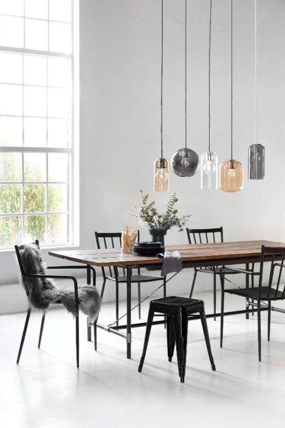 lampa wisząca z kloszem z barwionego szkła - aranżacja jadalnia skandynawska