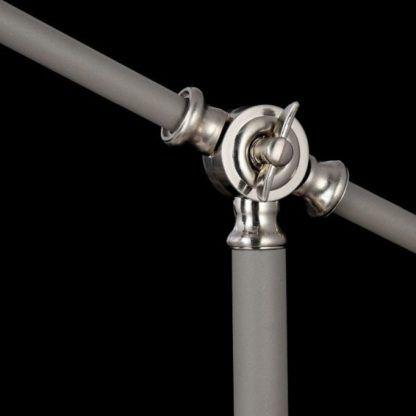 metalowa, szara lampa podłogowa z regulacją wysokości