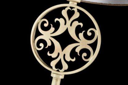 lampa podłogowa z ażurowym wzorem w podstawie