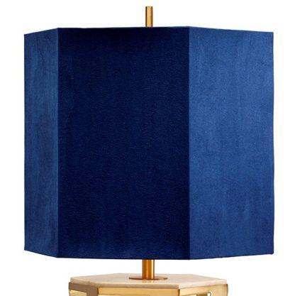złota lampa stołowa z soczystym, granatowym abażurem