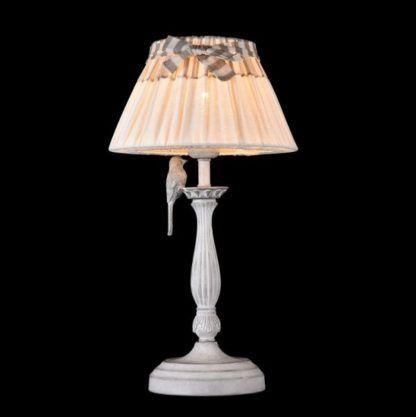 lampa stołowa z klasyczną podstawą i kremowym abażurem z wstążką, lniany abażur, styl vintage