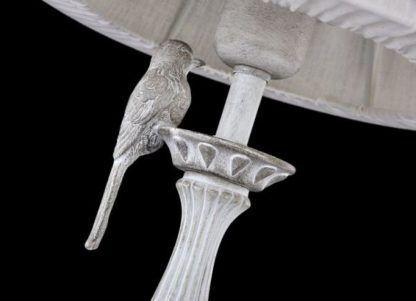lampa stołowa z jasną podstawą i figurką wróbelka, styl vintage