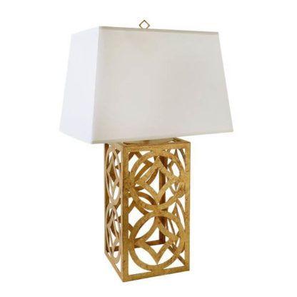 prostokątna lampa stołowa z białym abażurem i złotą, klasyczną, ażurową, metalową podstawą