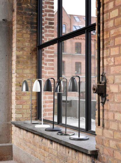 metalowe lampy biurkowe, minimalistyczny design - aranżacja