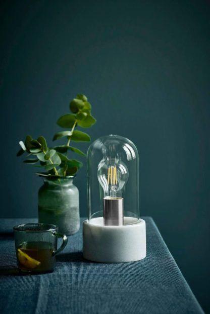marmurowa, designerska lampa stołowa w industrialnym stylu - aranżacja w granacie