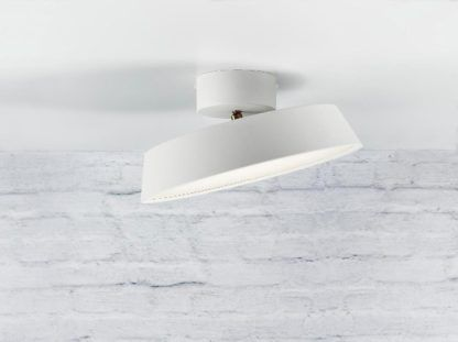 regulowana lampa sufitowa, biały klosz z dyfuzorem rozpraszającym światło