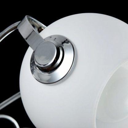 srebrna lampa sufitowa z mlecznymi kloszami, jak żyrandol