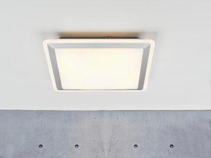 nowoczesna, kwadratowa lampa sufitowa, plafon biały ze srebrnym obramowaniem