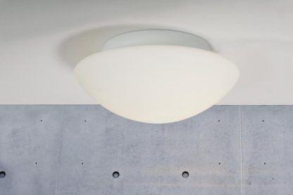 biała lampa ze szkła do łazienki, na korytarz