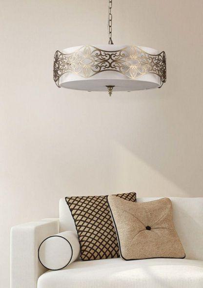 okrągła lampa wisząca ozdobiona złotymi detalami - aranżacja salon luksusowy
